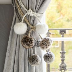 recoge cortinas con pom pom peluche gris, Laura Ashley