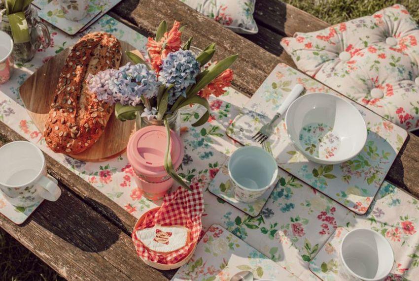 Preparar un bonito picnic con flores en el parque