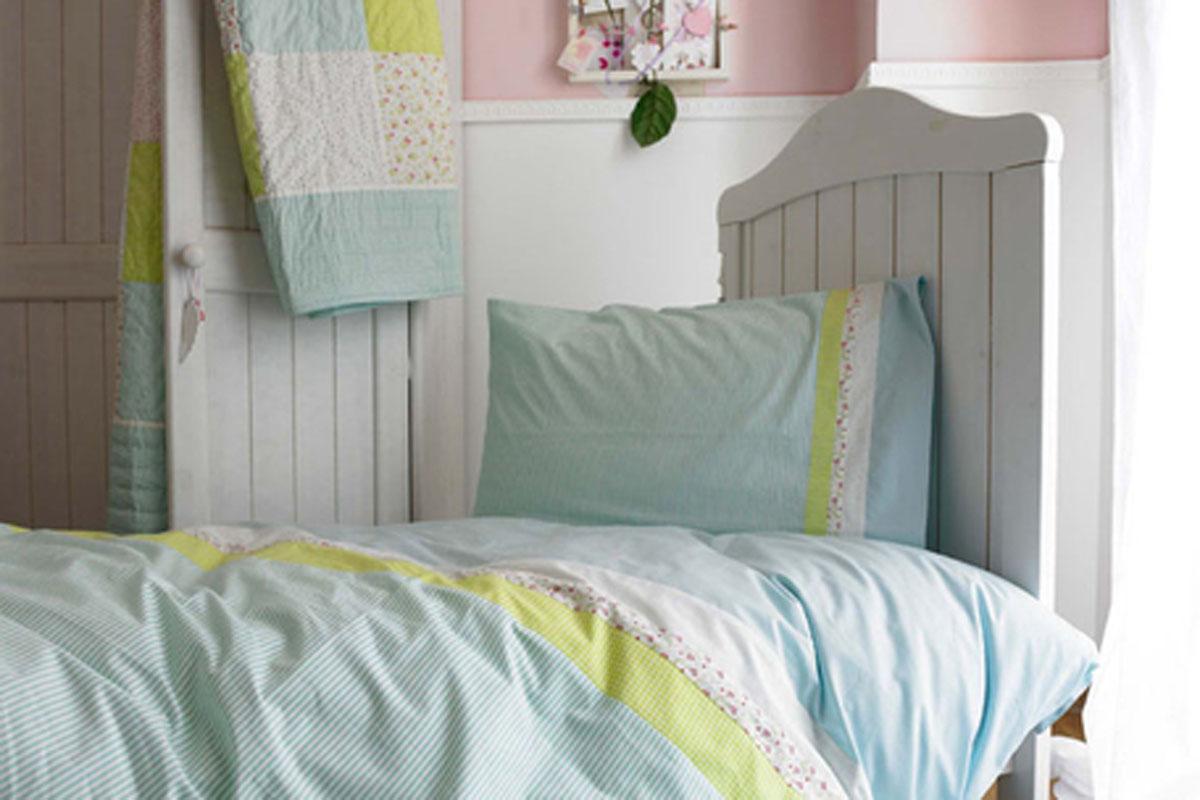 Habitación patchwork azul verdoso para niño