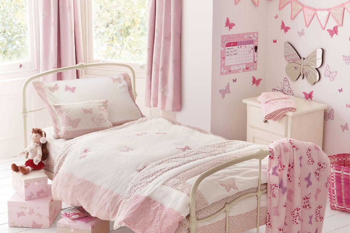 Habitación para niña de mariposas rosas