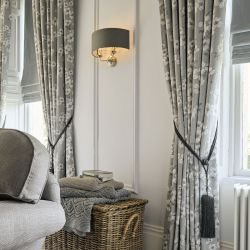 aplique de pared elegante en níquel con pantalla textil color carbón