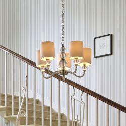 lámpara de techo tipo araña en níquel y pantallas blancas