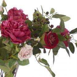 rosas y peonías artificiales en jarrón de diseño