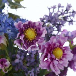 ramo de flores artificiales moradas en jarrón