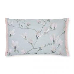 cojín con flores magnolia bordadas en azul verdoso, de diseño