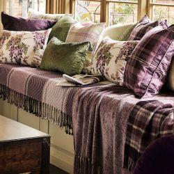 cojín de cuadros malvas de diseño clásico inglés en pura lana