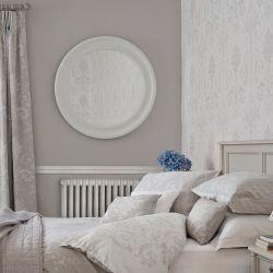 gran espejo redondo, de marco blanco, de diseño sencillo y elegante