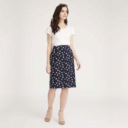 falda azul marino con margaritas blancas de diseño