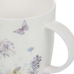 taza estampada con flores y mariposas de diseño