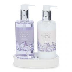 crema y jabón de manos de lavanda en envases de diseño
