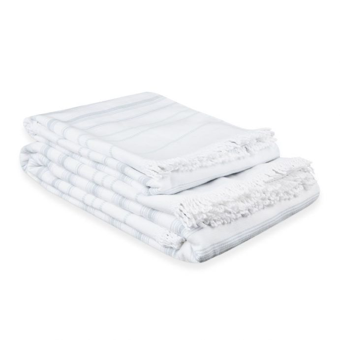 toallas blancas con rayas azul verdoso y detalle de flecos de diseño