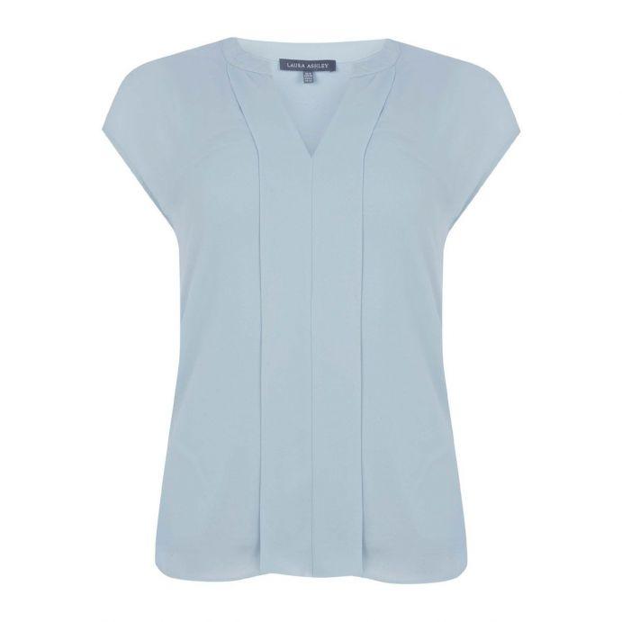 blusa azul con detalle de pliegue