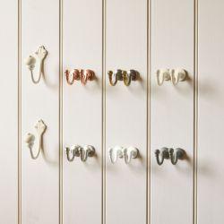 ganchos, percheros, colgadores, de diseño clásico, en color crema