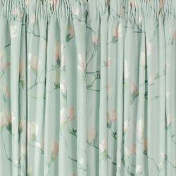 cortinas confeccionadas en tejido estampado de flores azul verdoso