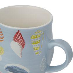 taza de desayuno con estampado de conchas de colores sobre fondo azul de diseño