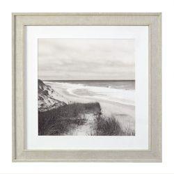 cuadro enmarcado con escena de costa, con taras