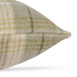 cojín de lana de cuadros en verde