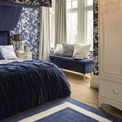 alfombra azul oscuro de lana con cenefa crema de diseño