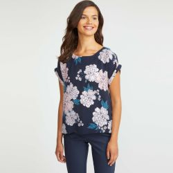 blusa azul marino con grandes flores rosas de diseño en cupro