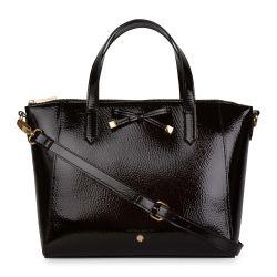 bolso negro con lazada decorativa