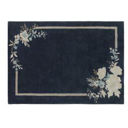 alfombra azul oscuro con flores y cenefa de estilo tradicionall
