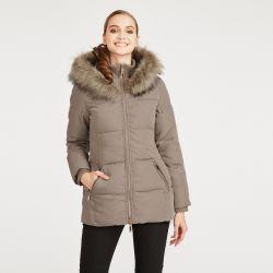 abrigo acolchado color marrón con detalle de pelo en capucha