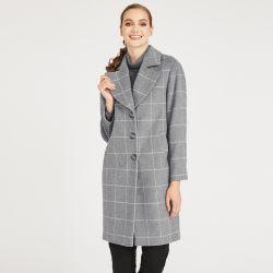 abrigo gris de cuadros de con estilo