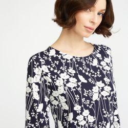 camiseta azul marino de flores blancas con manga acampanada de diseño
