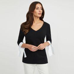 camiseta de algodón negro y detalle de lazo en manga blanca