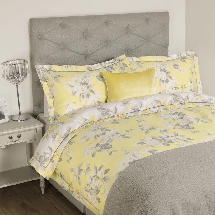 funda nórdica estampada con flores en amarillo y gris de diseño para camas de revista