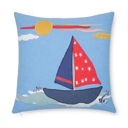 cojín infantil con barco bordado azul y rojo de diseño