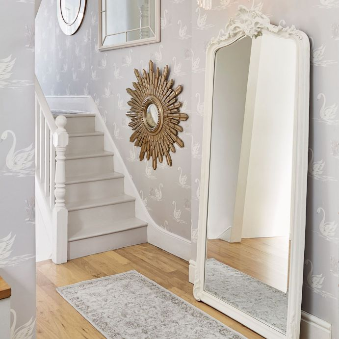 espejo de suelo blanco con molduras onduladas de diseño