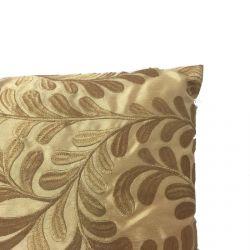 cojín dorado bordado con hojas de diseño