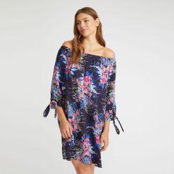 vestido de playa con hombros al aire azul marino con flores de diseño