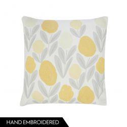 cojín con flores amarillas bordadas de diseño