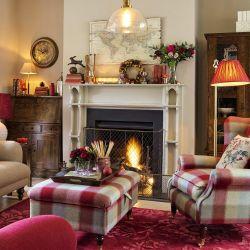 impresionante alfombra de lana rojo arándano con grandes flores de diseño