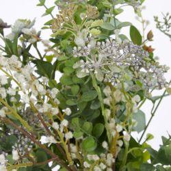 ramo de flores artificiales en jarrón de diseño