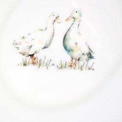 plato de cerámica gris estampada con patos