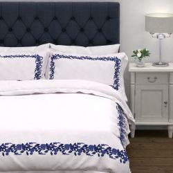 funda nórdica blanca de algodón de calidad con cenefa de flores azules en la tapa