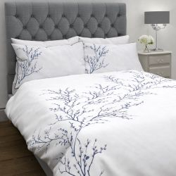 funda nórdica blanca bordada con ramas y flores en azul oscuro