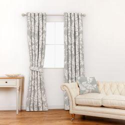 tela gris estampada con hojas blancas de diseño