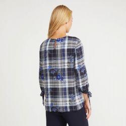 Blusa con mangas de tres cuartos que presentan bonitos lazos y cuello fruncido