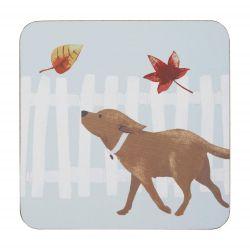 4 posavasos cuadrados de base de corcho estampados con perro persiguiendo hojas de diseño