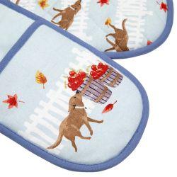 guante de tela doble estampado en azul con perro y manzanas de diseño para cocina