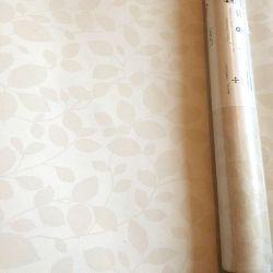 papel pintado en tonos crema con detalle de pequeñas hojas muy sutil