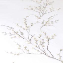 conjunto de funda nórdica blanca bordada con ramas grises de diseño
