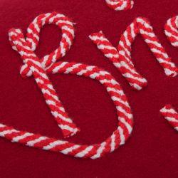 cojín rojo con decoración navideña