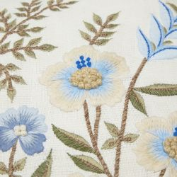 cojín natural con flores bordadas de diseño
