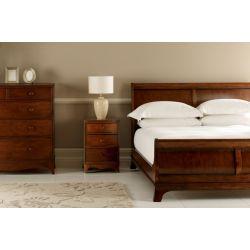 cama tipo trineo en madera maciza oscura