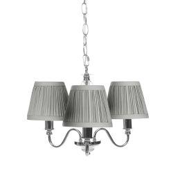 lámpara de techo de acabado cromo con 3 brazos y pantallas de tela plisada gris